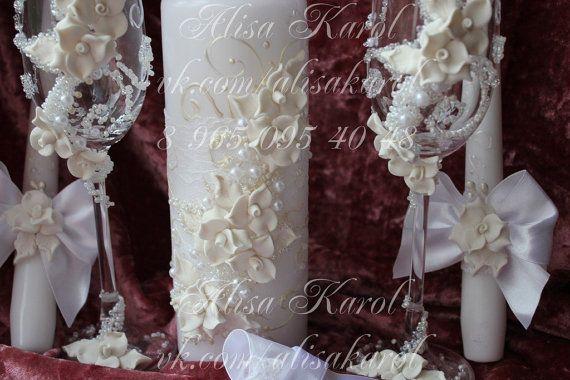 Ensemble daccessoires de mariage : mariage, coupes à Champagne, bougies de lunité, serveur et couteau.  Ce jeu peut être rendu dans nimporte quelle couleur