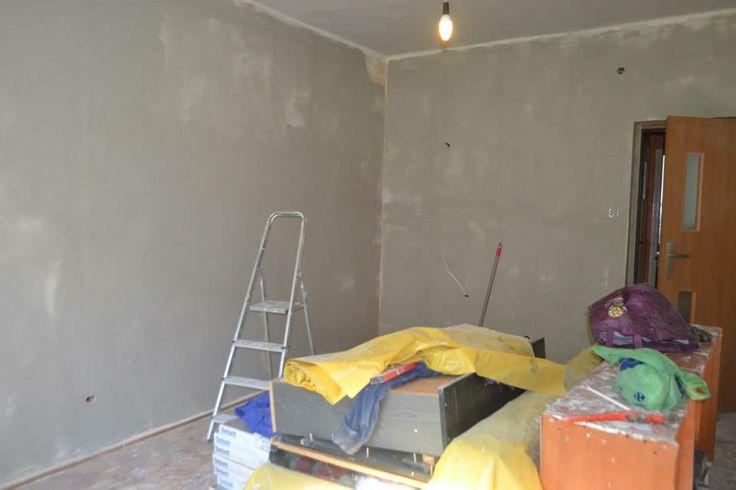 Całe ściany zostały wyszpachlowane, zrobiona została nowa instalacja elektryczna dzięki materiałom ofiarowanym przez Firmę Zelt Kraków. Wymienione zostały drzwi, okno oraz grzejnik.