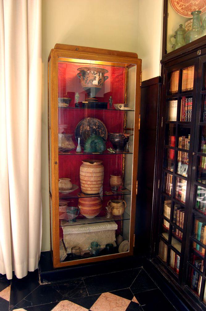 La biblioteca de la Fundación guarda increíbles tesoros, como estas piezas ibéricas de la necrópolis de Tútugi (Galera, Granada). Recuerda que podrás verlas en los pases de 10:00 y 10:30 por la mañana y de 18:00 a 18:30 por la tarde.