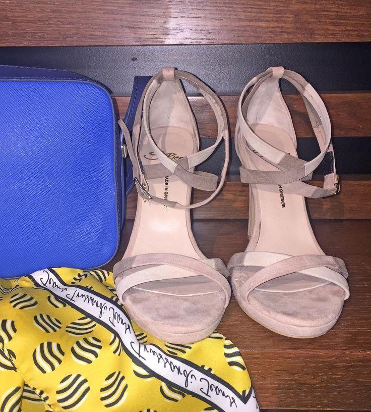 Elegant & chic: Συνδυάστε τσάντα και φουλάρι σε έντονα χρώματα με ένα ζευγάρι nude πέδιλα! ➡️ Link in bio #spiero #spieroshoes #online #shopping #newcollection #ss17