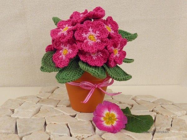 Du magst Blumen /// Primeln und häkelst gern? Dann hol Dir doch einfach gleich den Frühling auf die Häkelnadel. Das wird super dekorativ, leg gleich los.