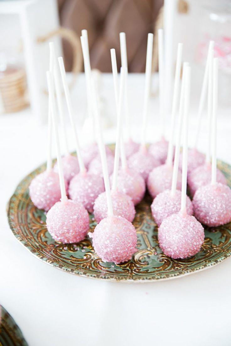 Cakepops rosa Torte & Candybar: Mundus Fine Art Bakery Fotos: Miss I DO Wedding Photography Floristik: Milles Fleurs Brautkleid: Rembo Styling