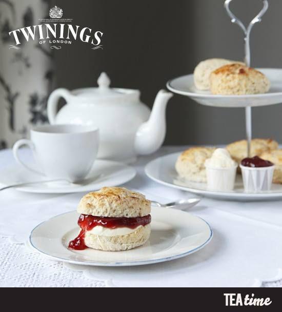 """El scone es un bollo o panecillo tradicional en la hora del té inglesa, se rellena con mermelada de fresas o frambuesas y con la famosa """"Clotted cream"""", que es crema coagulada originaria del condado de Devon. ¡Su sabor es un clásico para acompañar el té, así que les compartirmos una sencilla receta para prepararlos tealovers!  https://www.facebook.com/photo.php?fbid=396970703765412set=pb.270743213054829.-2207520000.1383865227.type=3theater"""