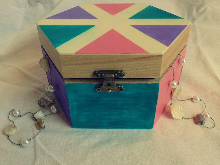 DIY hand-painted gift box for little girls by Monika Tobias. http://doitmonly.blog.hu