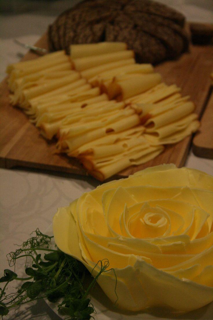 Yrityksen illallistilaisuus syksyllä 2014: kaunis voileipäpöytä.