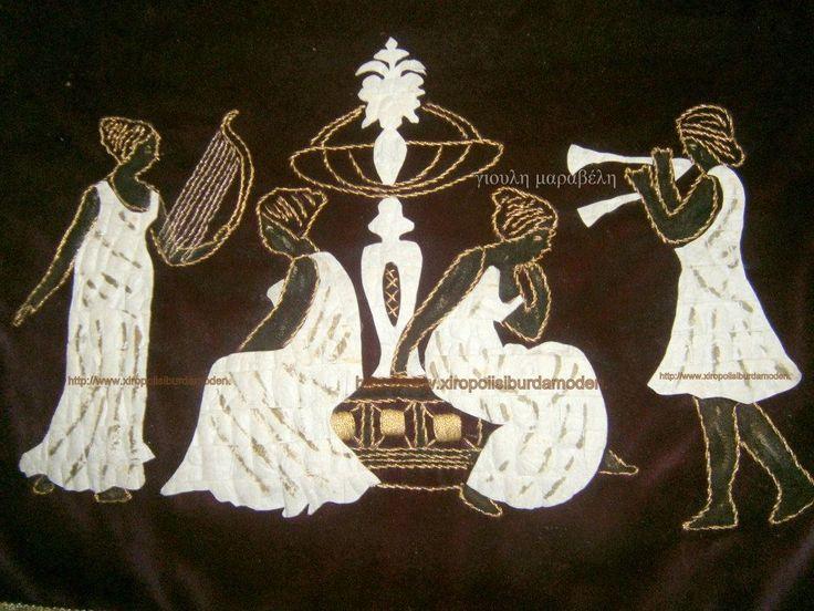 Κουκούλια και τέχνη. Πανό βελούδινο με κουκούλια και χρυσοκλωστές, που αναπαριστούν αρχαιοελληνική σκηνή με μουσικούς.. Γιούλη Μαραβέλη-Χαλκίδα.Τηλ:22210-74152.