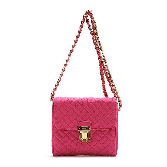상큼한 핑크 컬러에 프라다 고유의 포코노 천 소재에 심플한 디자인과 조화를 이루는 멋스럽고 고급스러운 숄더백을 엘롯데에서 만나보세요 