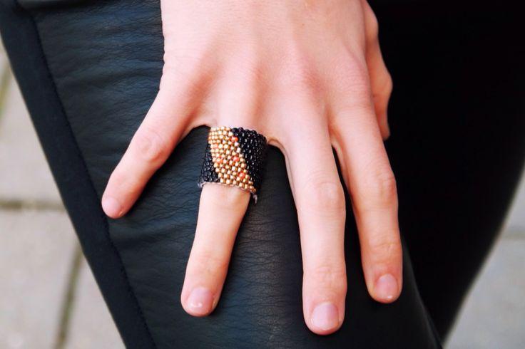 Leuk he? Deze ringen van kraaltjes. Je maakt ze gemakkelijk zelf met wat kraaltjes, naald en draad! Bekijk de diy op ons blog