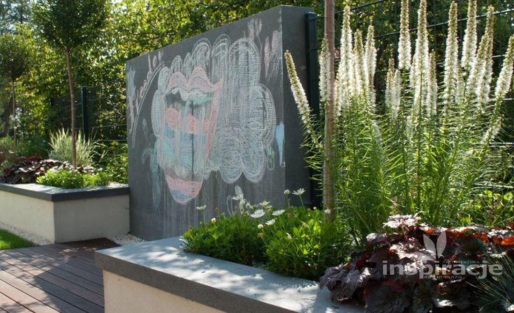 Modern garden with decorative wall. Author: inspiracje.com.pl