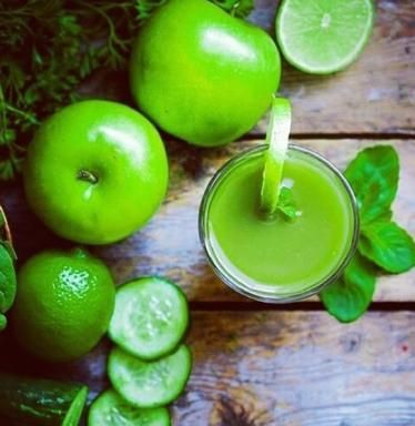 Frutta e verdura tutta molto verde (e molto fresca): preparate questo smoothie con mela verde, cetrioli e lime.