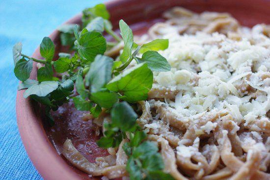 Perge Lagane, antiga receita de macarrão, da época dos romanos, preparado e servido com agriões em restaurante da província de Antalya, costa mediterrânea da Turquia.