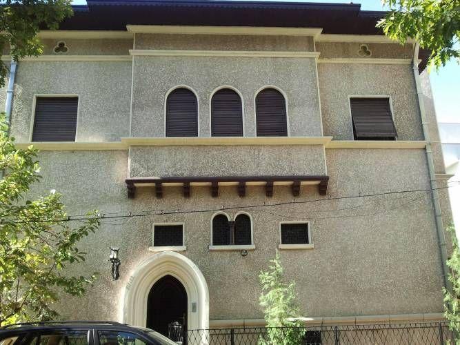 Vilă deosebită din perioada interbelică, complet renovată (inclusiv structura) în 2010. Proprietatea este dispusă pe patru nivele, în suprafaŃă utilă de 450mp si o curte în suprafaŃă de 50 mp. Se închiriază pentru resedintă sau birouri. Dispunere: Demisolul este împărŃit astfel: – hol intrare; – 4 camere; – camera tehnică; – baie; – bucătărie; – cămara; – garaj pentru o masină. Parterul este împărŃit astfel: