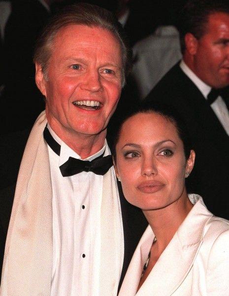 Au lendemain de l'annonce du mariage de Brad Pitt et Angelina Jolie en France le week-end dernier, une question persiste : comment les deux stars ont-elles pu garder l'événement secret jusqu'au bout ?  http://www.elle.fr/People/La-vie-des-people/News/Le-pere-d-Angelina-Jolie-a-appris-le-mariage-de-sa-fille-dans-la-presse-2756600