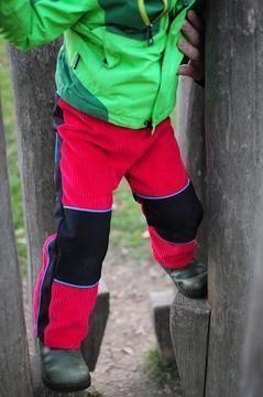es gibt kein schlechtes Wetter, sondern nur die falsche Bekleidung Die Buddelbüx eignet sich für alle Aktivitäten draußen, im Wald am Strand und auf der Wiese, ja gar in den Bergen ist sie Top. Die Hose ist weit geschnitten, so dass dein Kind sich darin frei bewegen kann sie ist als Schlupfhose ohne Reißverschluss konzipiert. Ohne Knie Patches und Po Besätze ist die Hose eine Jeans mit dem gewissen Etwas durch das pfiffige Seitenteil. Das Highlight der Outdoorhose Buddelbüx sind die…