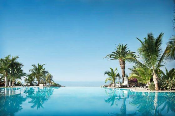 Una piscina infinita no es solo aquella en la que cabe mucha gente. Con este término (Infinity Pool, en inglés) se designa a las que han sido diseñadas de forma que el agua parece extenderse hasta el horizonte, fundirse con el mar o flotar en el aire, un capricho que ofrecen cada vez más hoteles. Basándose en las valoraciones de sus usuarios, el comparador de hoteles Trivago ha elaborado una lista de las, según ellos, diez mejores Inifnity Pools en España y Portugal. Como la lista me sabía a…