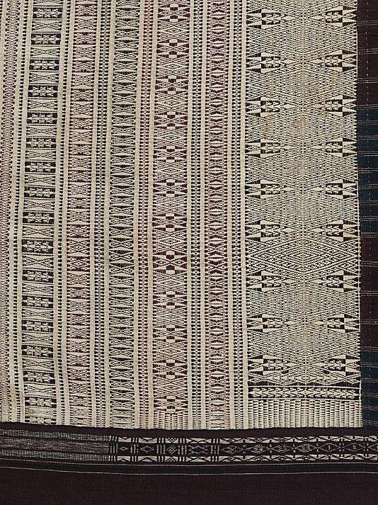 Ulos Ragidup Di antara berbagai jenis Ulos yang ada di kesenian suku Batak, Ulos Ragidup yang paling tinggi derajatnya. Pembuatannya sangat rumit. Bagian sisi Ulos ditenun langsung sedangkan bagian tengahnya ditenun terpisah dengan motif hias yang rumit, terdiri dari pinarhalak hana (ujung pigura laki-laki) dan pinarhalak boru-boru (ujung pigura perempuan). Setiap pigura diberi motif hias antiganting sigumang dan batuhi ansimun.