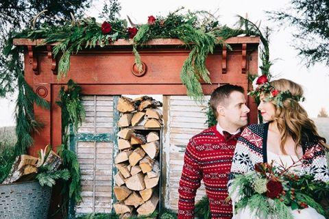Уютная Жених и невеста на алтаре Сельский камин |  Николь Колвелл Фото |  http://heyweddinglady.com/festive-styled-wedding-in-the-winter-woods-with-a-corgi-in-a-holiday-sweater/