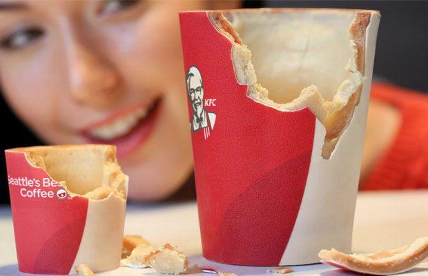 """KFC do Reino Unido servirá café em copos comestíveis. Os """"Scoff-ee Cup"""" são feitos de açúcar e de uma massa-biscoito recheada com chocolate branco. Delícia!"""