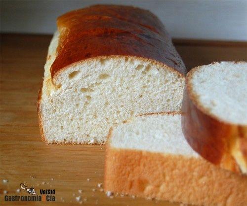 Cómo hacer pan para torrijas en casa, receta fácil explicada paso a paso. Aunque las torrijas tradicionales se suelen hacer con pan duro, también podemos hacer un pan enriquecido para unas torrijas más esponjosas, bien impregnadas, sea para hacer torrijas de leche, de vino, de chocolate, etc.