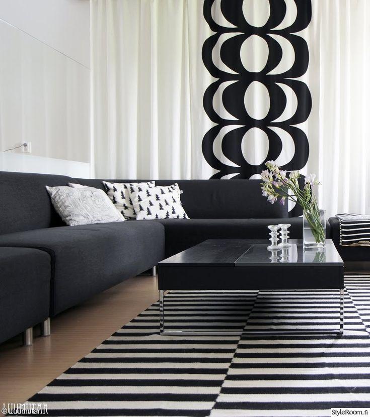marimekko,olohuone,raitamatto,musta,valkoinen,skandinaavinen,verhot,mustavalkoinen