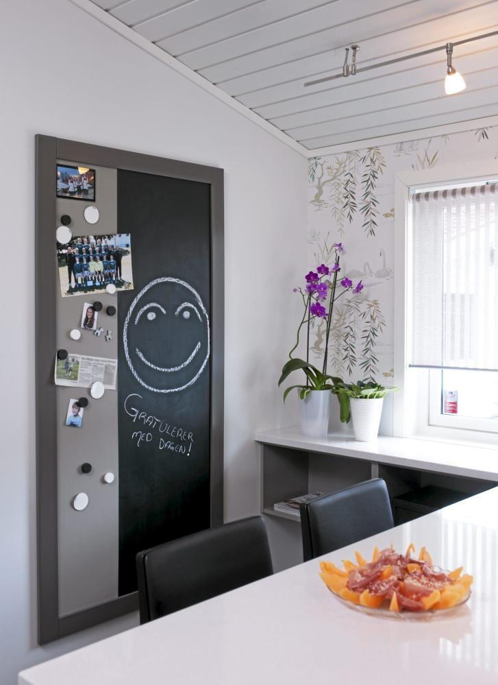 I et lite hjørne på kjøkkenet er det en liten spiseplass for folk i farta. På veggen bak henger en kombinert tavle og magnetplate, som gjør det mulig å henge opp postkort og bilder, og skrive handlelister og søte beskjeder.