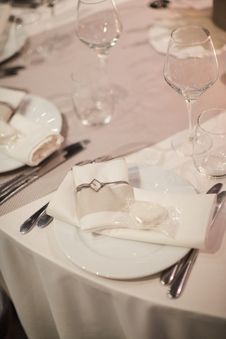 wedding favor, favour, bomboniera, logo pendant, customised detail, grey fabric, spotterd grey runner, table setting, distinto patras, kourabies