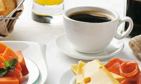 El jamón y el queso le dan un toque más de sabor y fuerza a este desayuno.