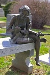 """John Cox : """"Pierre tombale pour  Mollie Graham Jackson  (1939-1997) dans le cimetière de Salem à Winston Salem, Caroline du Nord. Son mari, le célèbre artiste, Billy Maxwell Jackson a fait la sculpture. L'inscription avec son nom et la date de naissance et la mort sont à l'extrémité gauche de la banquette. Filleule de Mme Jackson dit que le chat est Misty, un Ragdoll de calicot, et le livre est, peut-être, un mystère Mary Higgins Clark """"."""
