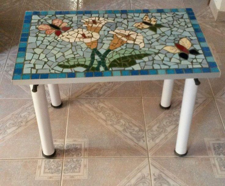 Mesa de desayuno hecha con los caños de una piscina madera para la base y cerámicas que he ido juntando