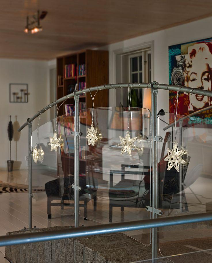 LED slynge med 30 varmhvite lys som passer til innendørs bruk fra Konstsmide. Slyngen har 5 vakre stjerner som vakkert vil lyse opp hjemmet i vintersesongen. Dander den på gelenderet, i vinduet eller rundt plantene.