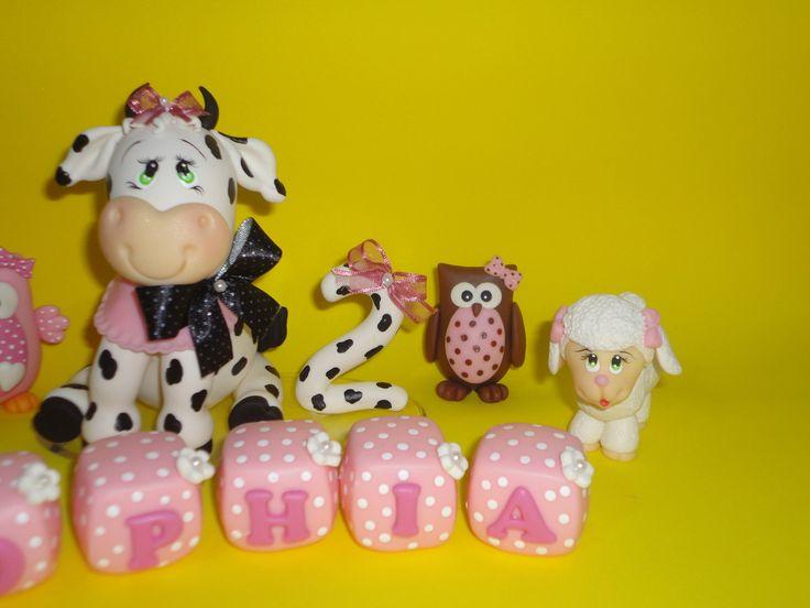 Turma da fazenda com vaquinha, ovelhinha, porquinha e corujinha para decoração de bolo tema fazendinha, bloquinho com nome da criança e cores personalizadas. Vela personalizada e pode fazer para menino tambem