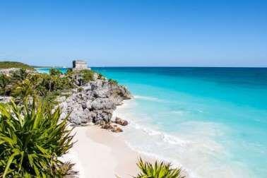 Tulum au Mexique: A 150 kilomètres au sud de Cancun, le long de la Riviera Maya au Mexique, Tulum est la représentation parfaite de la rencontre entre l'histoire et le balnéaire. Souvent utilisé comme décor de film ou de publicité, le paysage avec les ruines antiques qui surplombent une mer turquoise est d'une beauté époustouflante et rare.