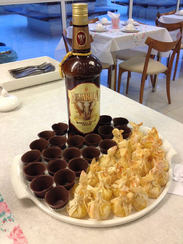 Copinho de chocolate pra servir AMARULA! Para a mesa de café do Villa Tevere.