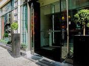 Hotel Saint Nicolas Brussel  Description: Hotel Saint Nicolas ligt in het centrum van Brussel ideaal voor uw vakantie of zakenreis. De kamers zijn uitgerust met een televisie telefoon en een eigen badkamer.Overige informatie- Het hotel beschikt niet over aangepaste kamers voor mindervalide gasten. - Voor verblijf in een studio wordt tijdens de check-in een borg gevraagd van ? 200-. - Het hotel heeft het recht de gast te weigeren indien de borg niet wordt betaald. - Gasten voor de studio…