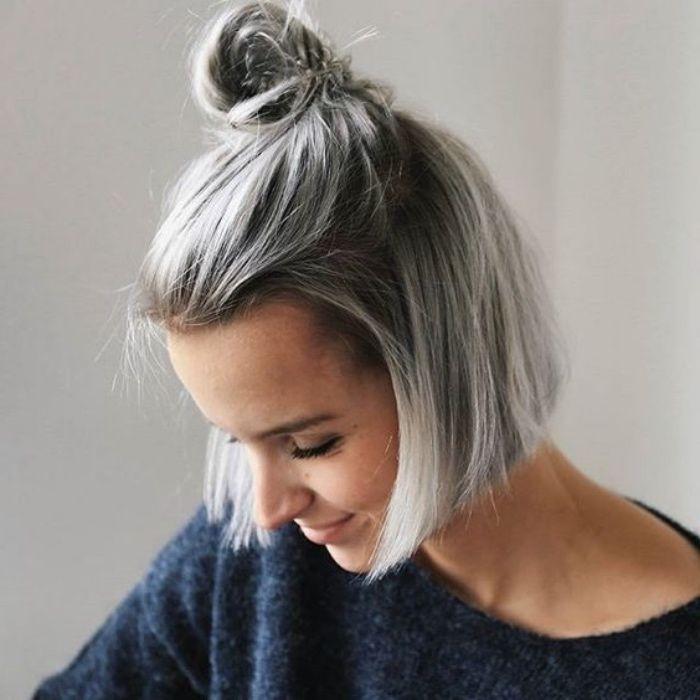 modèle coupe carré court plongeant avec un petit chignon haut, cheveux fines, coloration grise