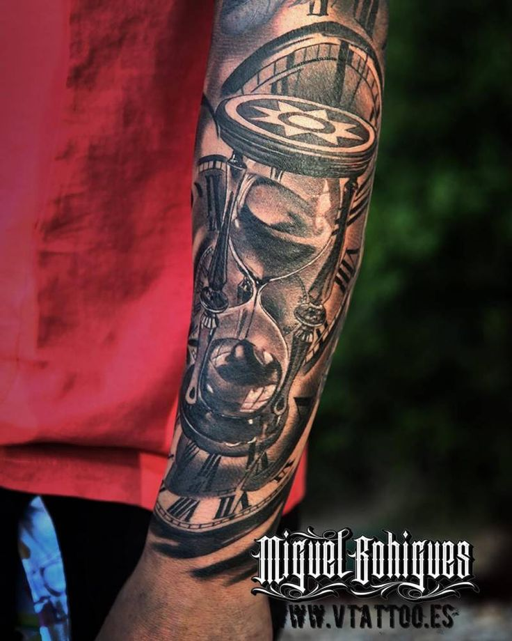 Detalle del tatuaje en el antebrazo de Fernando Torres de estilo black and grey que incluye un reloj de arena. Artista Tatuador: Miguel Bohigues