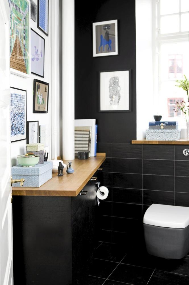 På grunn av de mange bildene som pryder veggen blir ikke overgangen fra det hvite til det svarte særlig dramatisk. Både vinduskarmen og benken er dekorert med småpynt. Lekre esker er både praktiske til å oppbevare smårot, samtidig som de pynter opp.