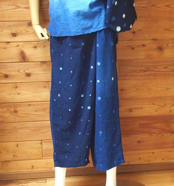 綿麻の生地で藍染の水玉柄に染めてキュロットパンツを作りました。前も後ろ同じデザインでもカバー布がついてます。ゆったりしていてとても履きやすく、はくとかっこいいです。密度を変えたドット柄で色も変えてみました。布地は綿麻でしなる感じでキュロットに女性らしさを...