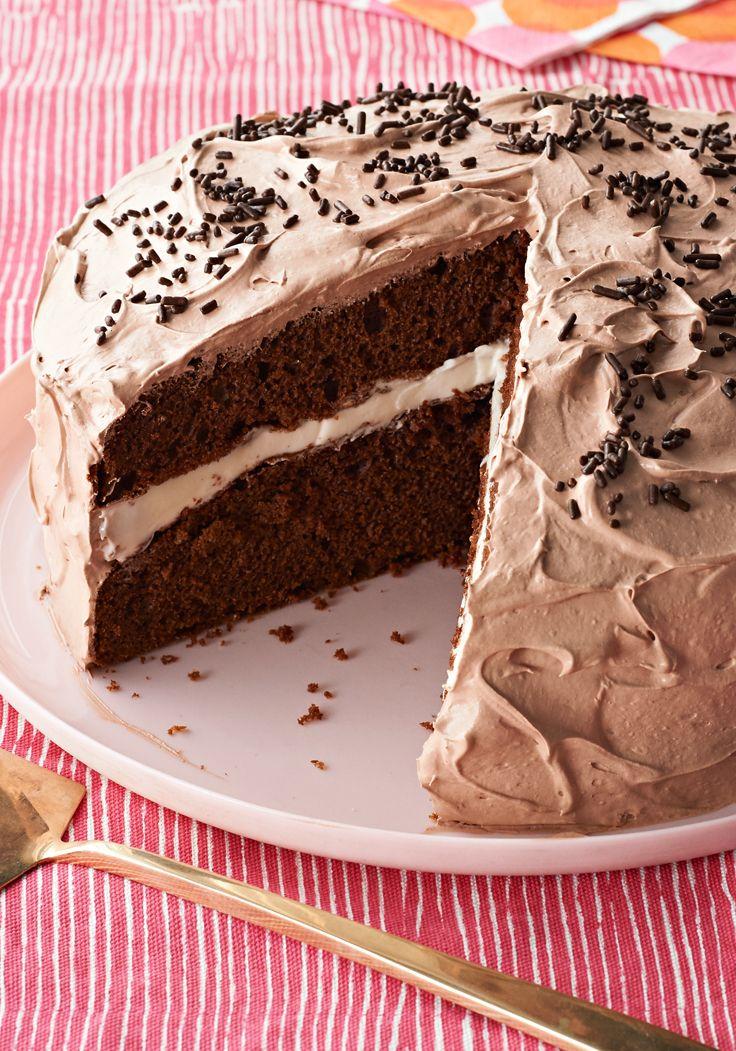 Cremoso pastel de chocolate-Este delicioso pastel de chocolate es fácil de preparar con solo dos ingredientes: harina preparada para pastel y pudín instantáneo.