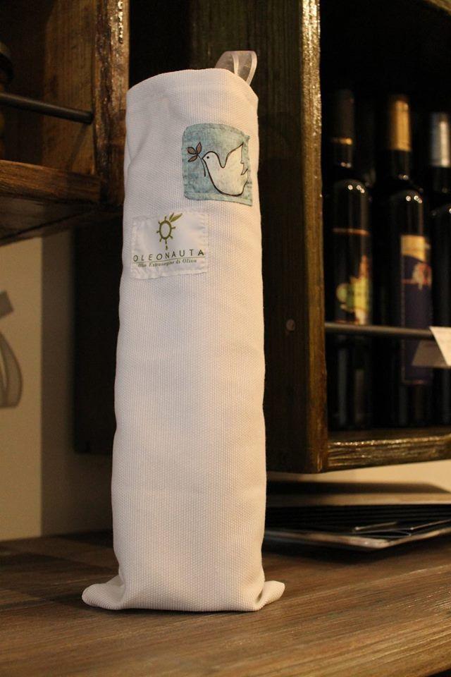 Porta bottiglia in tessuto cotone firmata Oleonauta. Un'idea regalo per Pasqua. Richiedila ad info@oleonauta.com  www.oleonauta.com