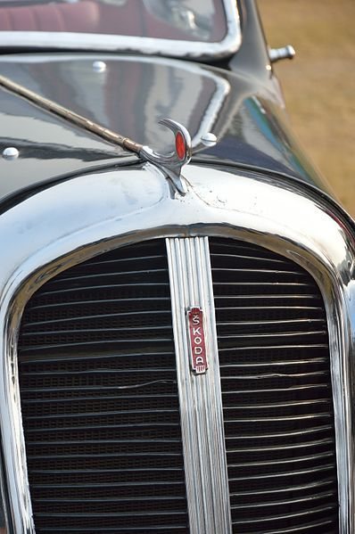 File:Logo and Bonnet Ornament - Skoda - Berlina - 1936 - 15 hp - 4 cyl