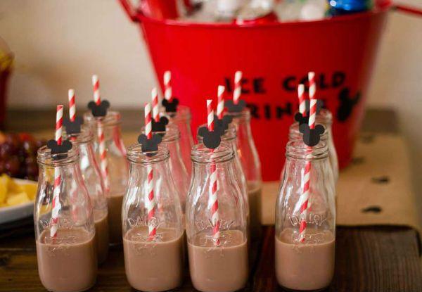 garrafinhas com leite achocolatado que vão encantar os pequenos nessa festa fofa com tema Mickey, ideal para crianças entre 2 e 4 anos.