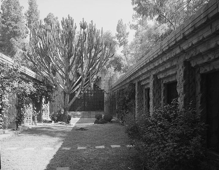 Courtyard of John Sowden House | Lloyd Wright (son of FLW) | Source: Wikimedia Commons