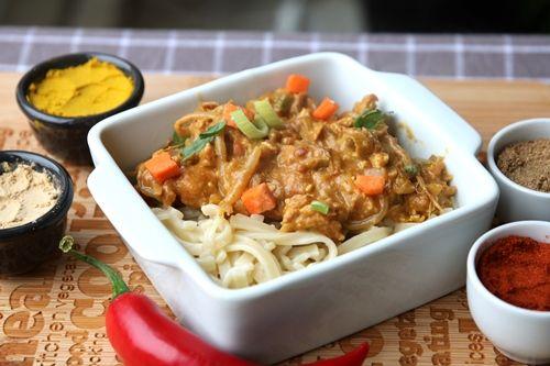 Romige bami schotel met groente, kip en pindakaas - De keuken van Ursie