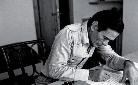 """Non passa quasi giorno che io non lo ricordi: Pier Paolo #Pasolini… """"Sul cavalcavia della stazione Tiburtina, due ragazzi spingevano un carretto con sopra delle poltrone... (continua la lettura -> http://vittorianicolo.altervista.org/pasolini-e-la-mia-roma/"""