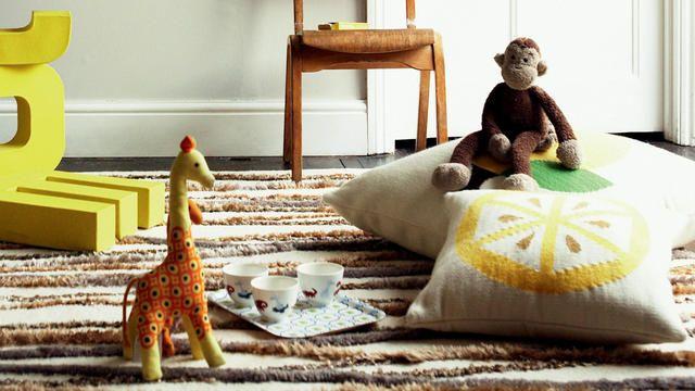 Choisissez des coussins et des plaids assortis à la couleur des murs et créez une décoration design en mariant les textures (grosses mailles, velours soyeux, coton doux...).