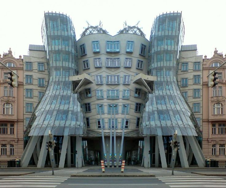 Frank O'Gehry, Tańczący dom, Praga, 1995, historyczne centrum, w pełni zdekonstruowany budynek, przeszklona forma