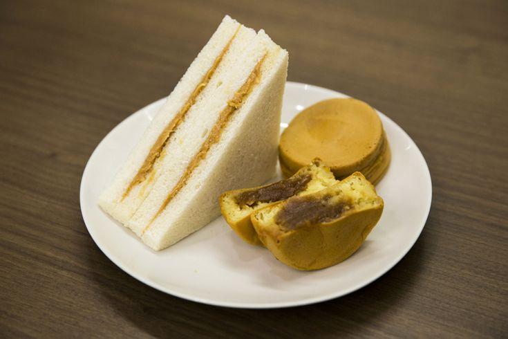 青山但馬屋」のピーナッツペーストサンドイッチ420円と、青山焼き(ピーナッツペースト)250円。