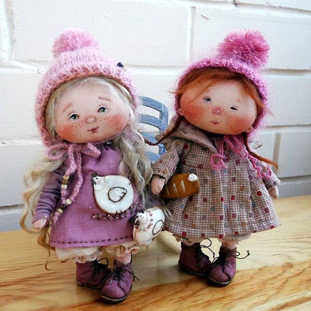 Ангелочки мои маленькие. Обе нашли домики)