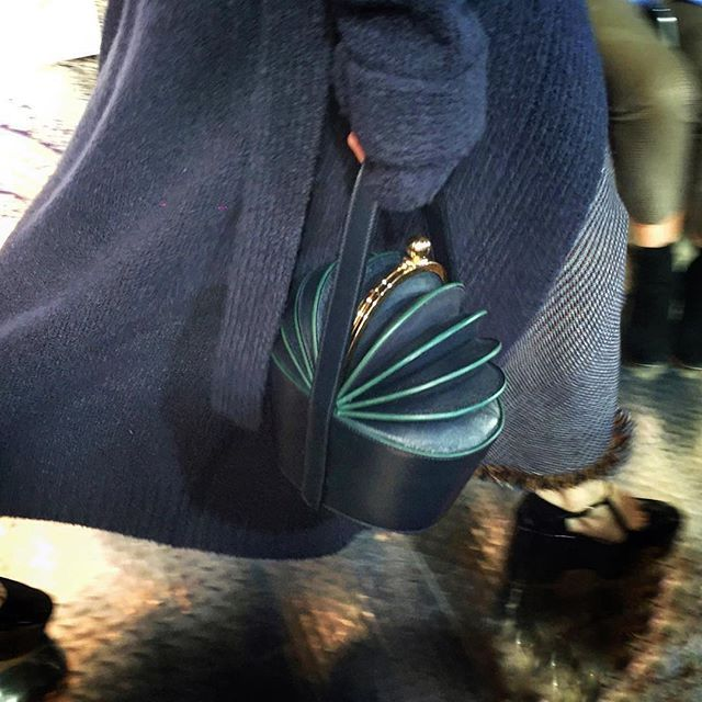 Portemonnee met grootse ambities of zuinige bucketbag?  #vraagvandedag #bagladies #gespotinnewyork #durftevragen #gabrielahearst #nyfw #regram @carolinaissa  via ELLE HOLLAND MAGAZINE OFFICIAL INSTAGRAM - Fashion Campaigns  Haute Couture  Advertising  Editorial Photography  Magazine Cover Designs  Supermodels  Runway Models
